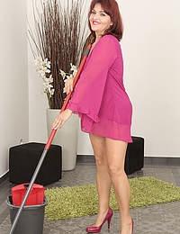 Mature Natalia Muray was doing housework but started feeling frisky