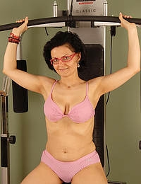Horny Honey S works on in the gym and then excercises her pussy