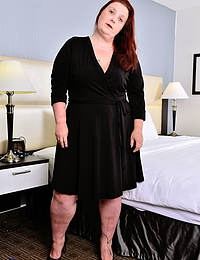 Canadian curvy mature Nikki Hayze playing with herself