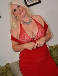 American Anna Moore loves to play with her naughty bits