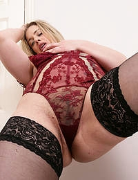 British Hairy mom Tammy Oldham playing with her pussy