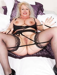 Chubby British mature lady loves playing with herself