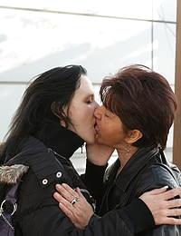 Mature lesbian dates a younger girl