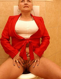 She sucks licks ass and takes cum on the crapper