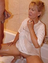 Pissloving mature granny gets a urine wash