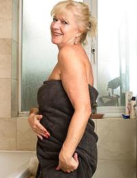 Sapphire Louise MILF Bathtub