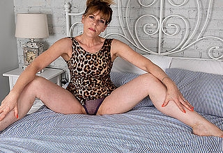 Sexy Milf strips off her clothes and factory her shaved pussy