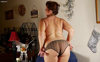 Chubby American housewife playing in herself