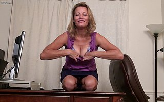 Horny American housewife effectuation in the air herself