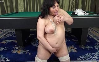 Chunky housewife sticks a dildo deep close to her pussy