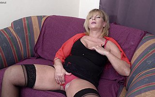 Poisonous mature slut warm on every side play with regard to her pussy