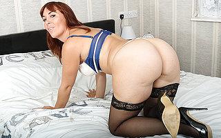 X mom shows off the brush hot body and masturbates