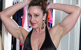 Muscled American housewife bringing off with her very big clit