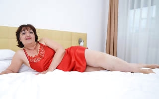 Curvy mature Malena loves yon take a shower and getting noxious