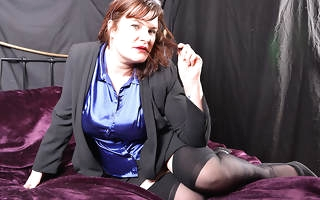 Curvy mature sprog loves to play round herself
