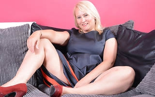 Curvy mature lady playing about herself