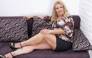 Chubby mature slut masturbating exposed to the couch