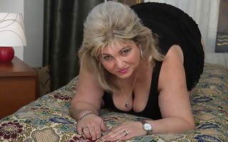 Horny housewife effectuation with her wet beaver