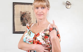 Sexy British housewife shows the brush goods