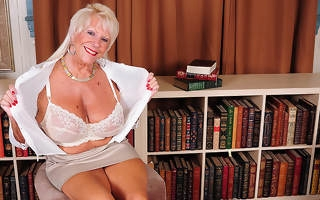 Hot American grandma shows great rack and gets yourselves wet