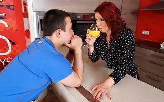 Hot redhead housewife sucks unearth and gets fucked