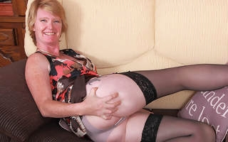 Naughty British housewife bringing off with her grungy pussy