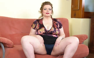 Big breasted BBW playing apropos her shaved pussy