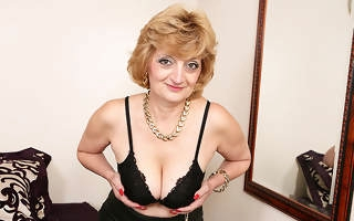 Sizzling British housewife playing with herself