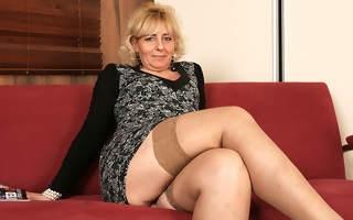 Blonde mature slut bringing off with her wet pussy