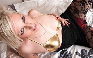 Scalding blonde floozy bringing off with her wet pussy