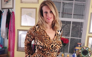 Horny housewife effectuation with her pussy