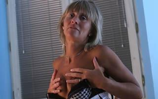 Randy mature floosie effectuation with herself