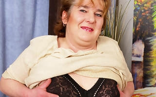 Chubby mama getting into abeyance her pussy