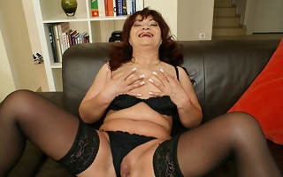 This horny mama loves carryingon with her toys