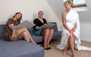 Three British housewives enjoy each others naked bodies during art class