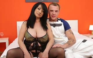 Naughty curvy mature slut reduce to penury the younger handyman