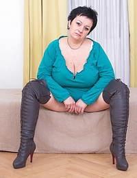 Big breasted mature slut showing off her best assets