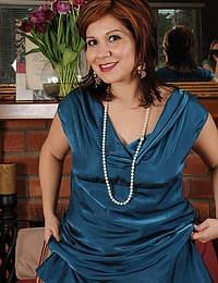 Elegant MILF Veronica Devil slips off her dress and spreads her legs