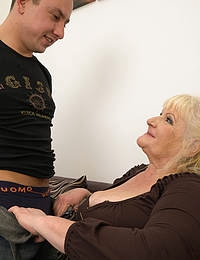 Curvy mature lady fucking and sucking a younger guy
