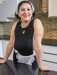 This Spanish mature housewmaid plays with the carrots from her work