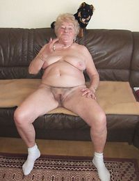 Vivien Bell makes out with a granny before eating her pussy