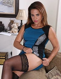 This hot American housewife loves to show off her naughty mind